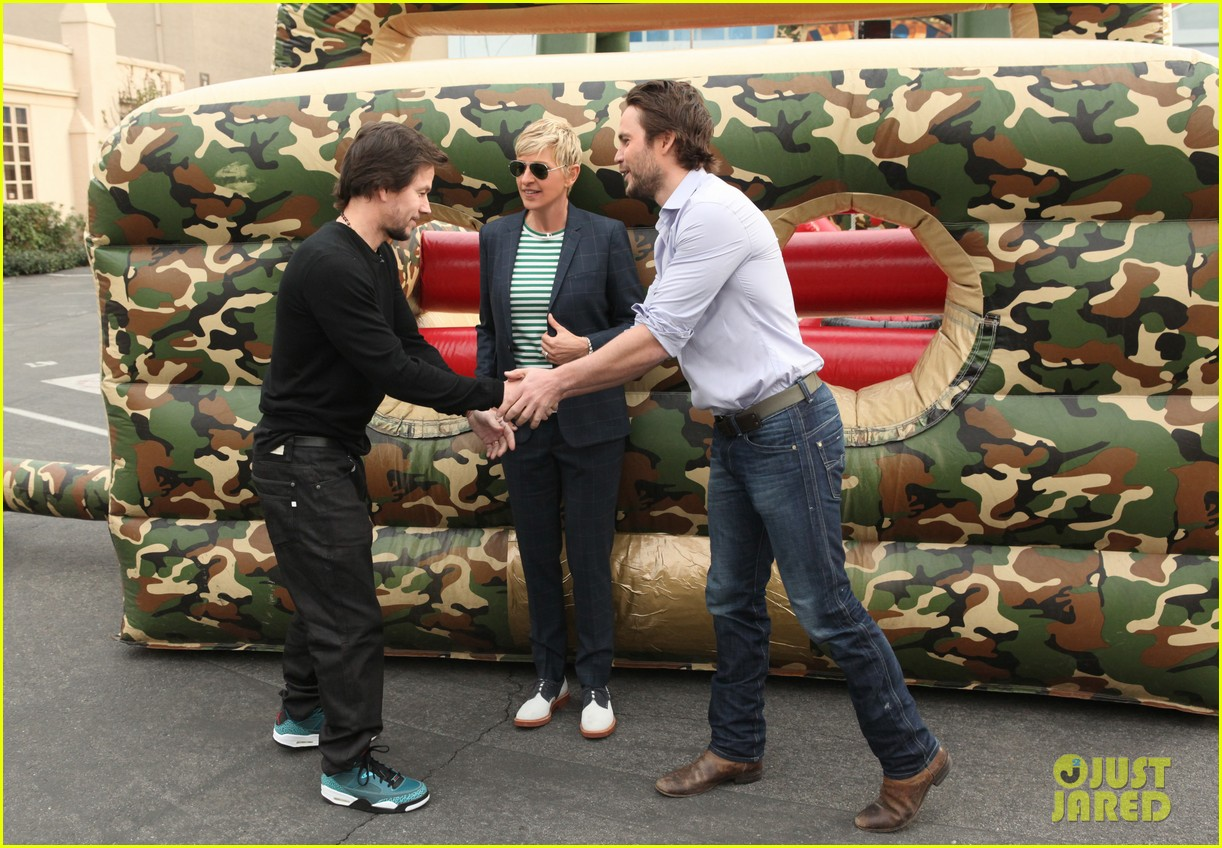 mark wahlberg taylor kitsch obstacle course on ellen 04