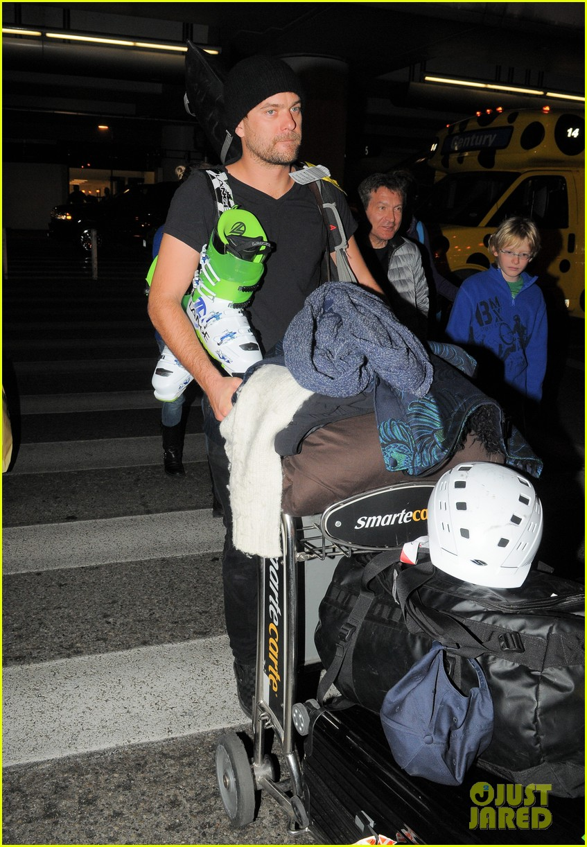 diane kruger joshua jackson arrive at lax after skiing in park city 04