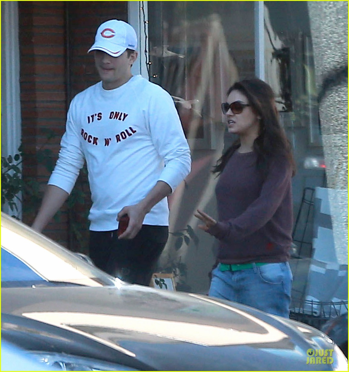 ashton kutcher mila kunis nail salon weekend pair 02
