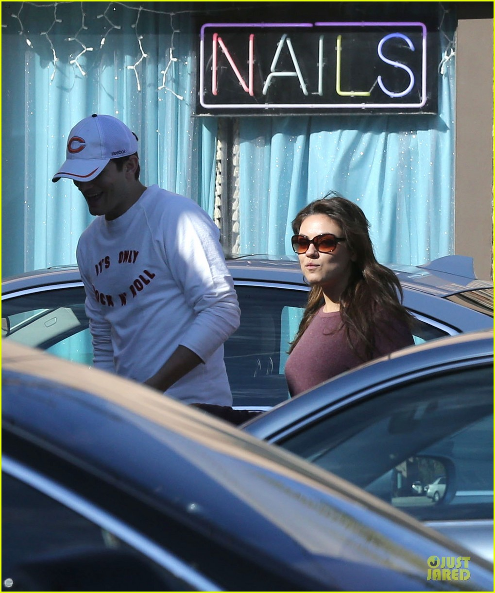 ashton kutcher mila kunis nail salon weekend pair 04