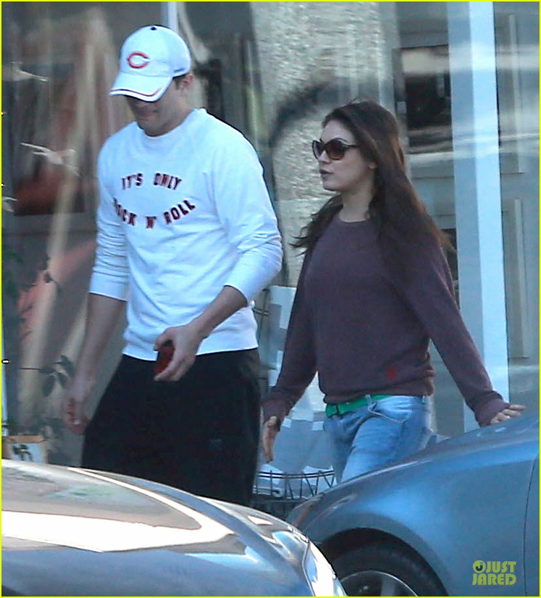 ashton kutcher mila kunis nail salon weekend pair 06