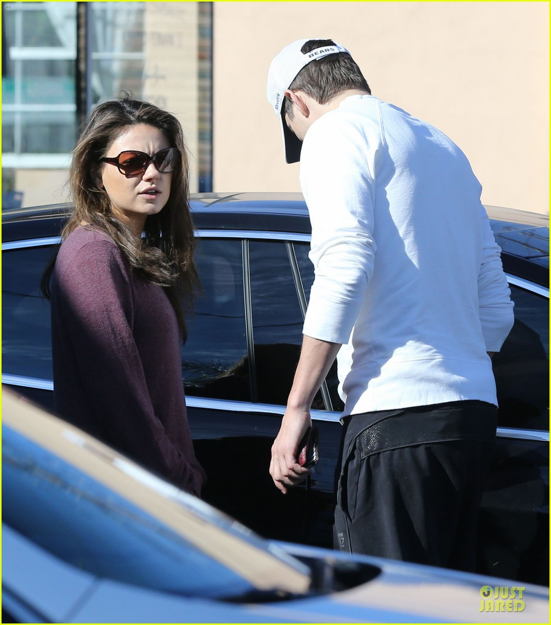 ashton kutcher mila kunis nail salon weekend pair 083034520