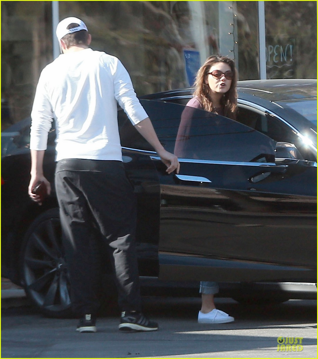 ashton kutcher mila kunis nail salon weekend pair 25