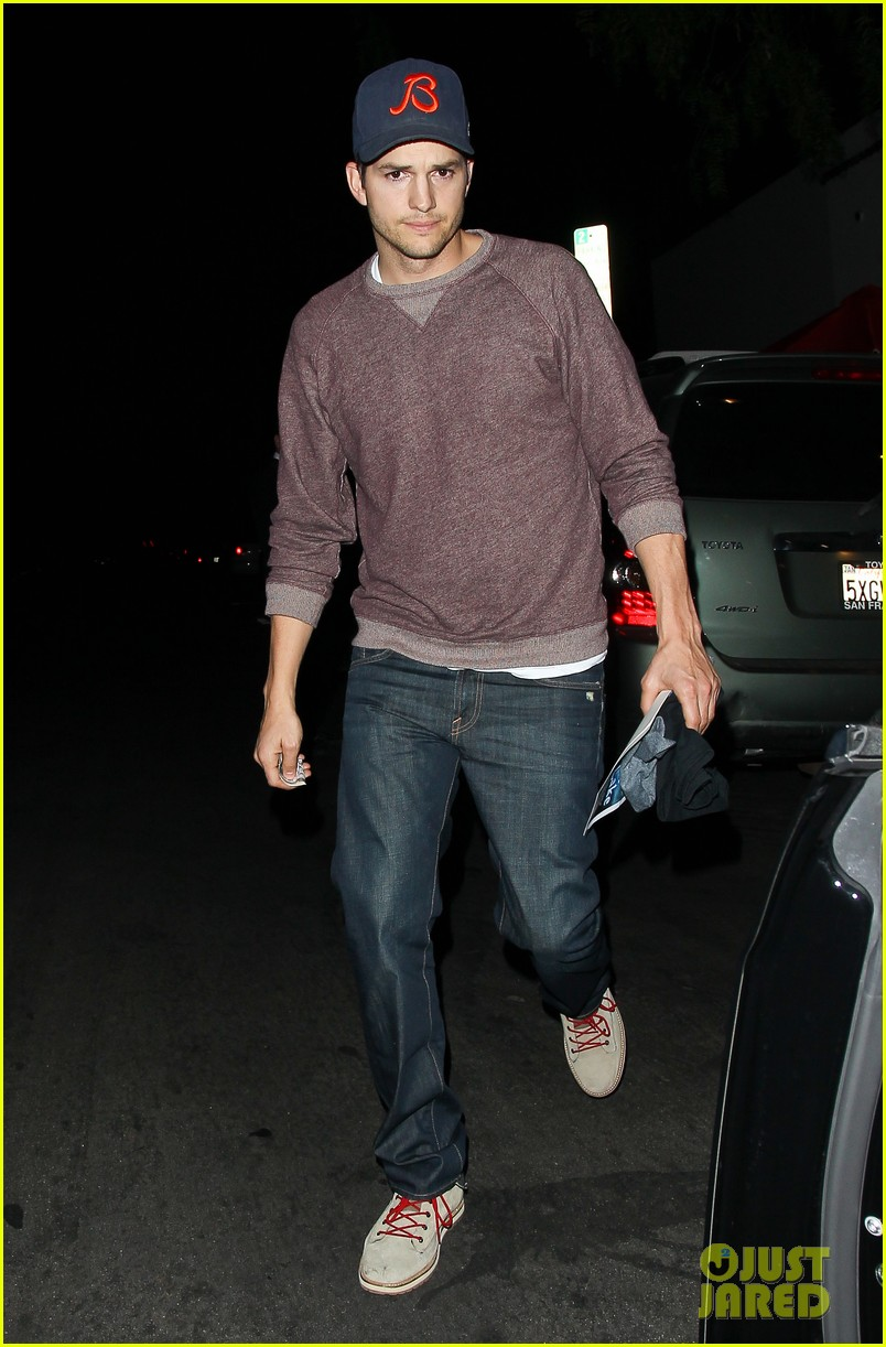 ashton kutcher tips valet after dinner with mila kunis 063037825