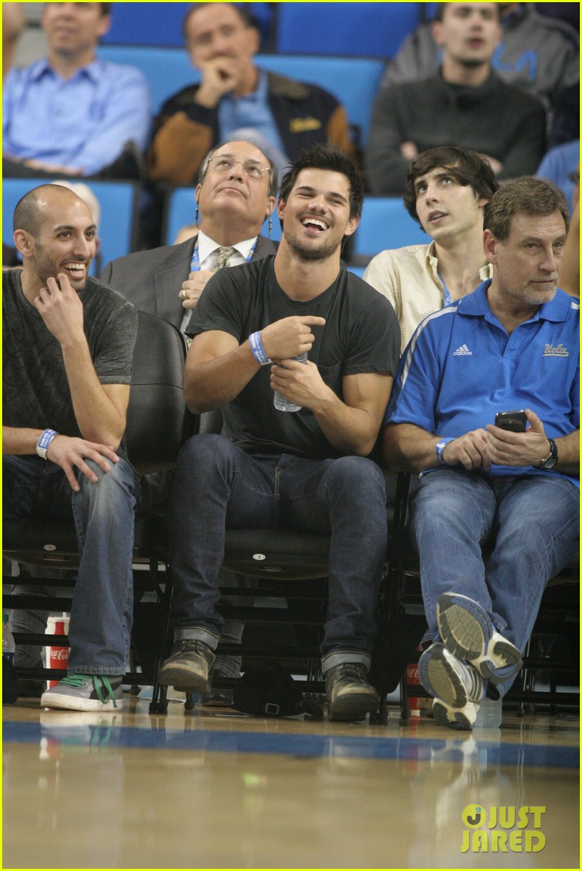 taylor lautner cheers on ucla at basketball game 02