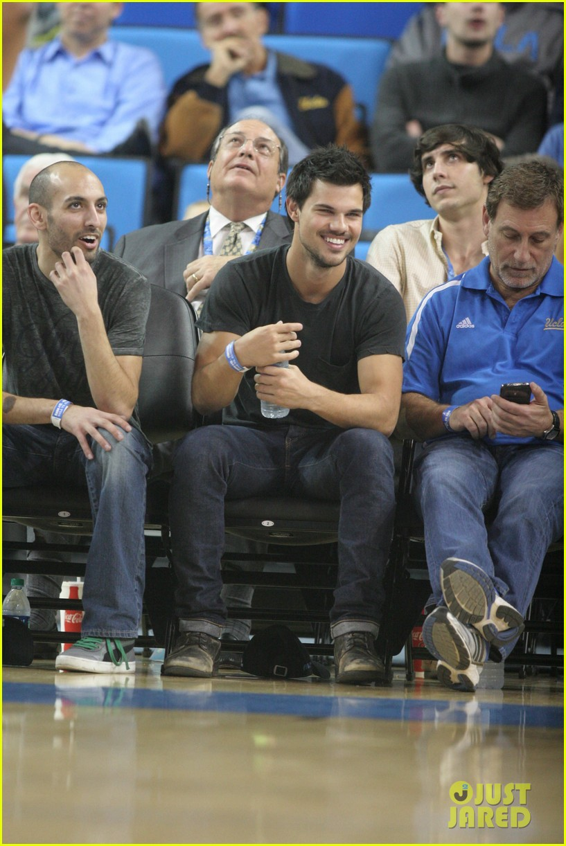 taylor lautner cheers on ucla at basketball game 05