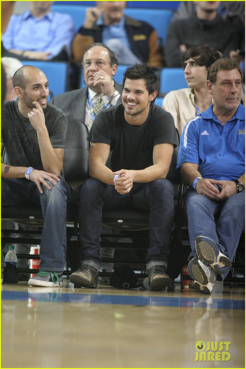 taylor lautner cheers on ucla at basketball game 09