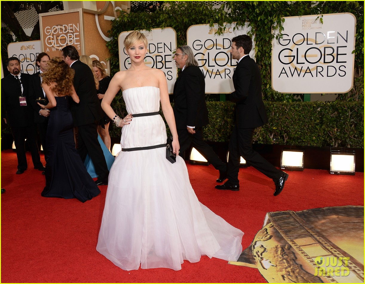 jennifer lawrence photobombs taylor swift at golden globes 063029692