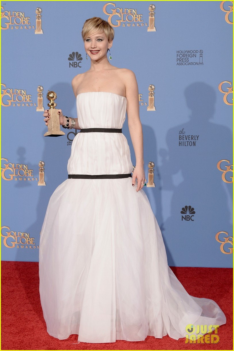 jennifer lawrence shows off golden globe in press room photos 053029421
