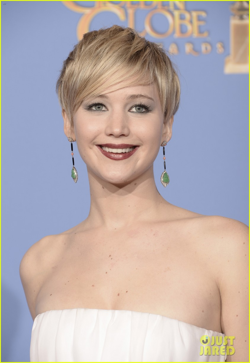 jennifer lawrence shows off golden globe in press room photos 063029422