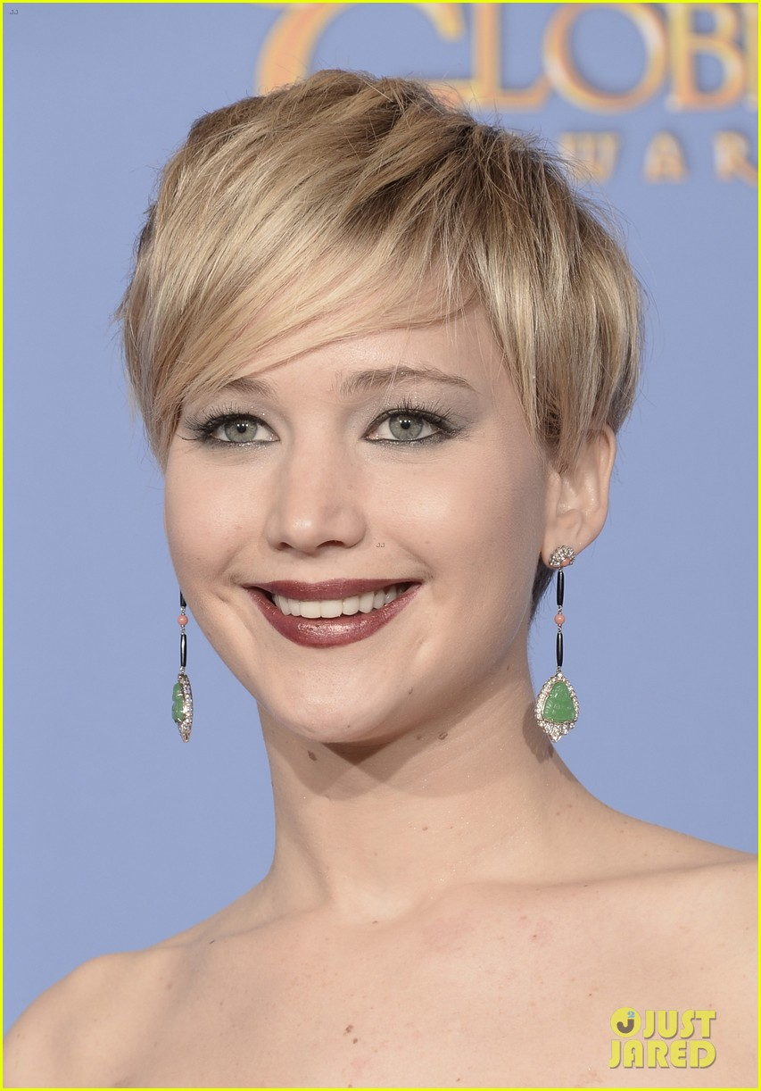 jennifer lawrence shows off golden globe in press room photos 07