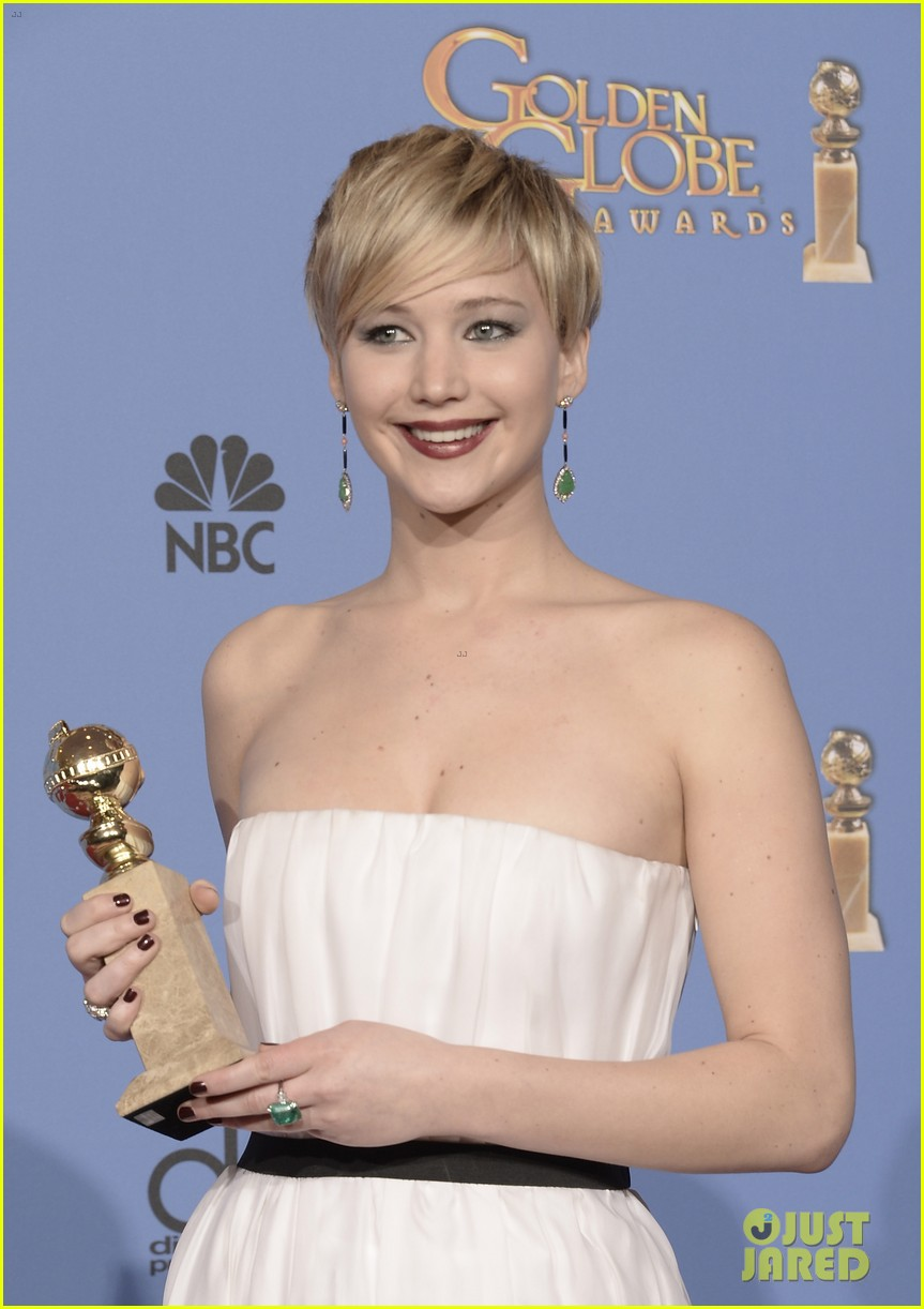 jennifer lawrence shows off golden globe in press room photos 13