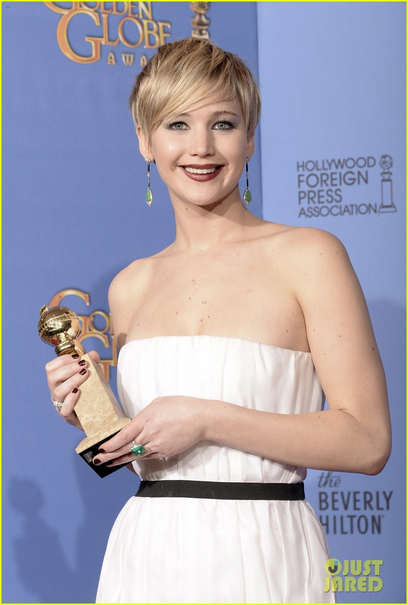 jennifer lawrence shows off golden globe in press room photos 22