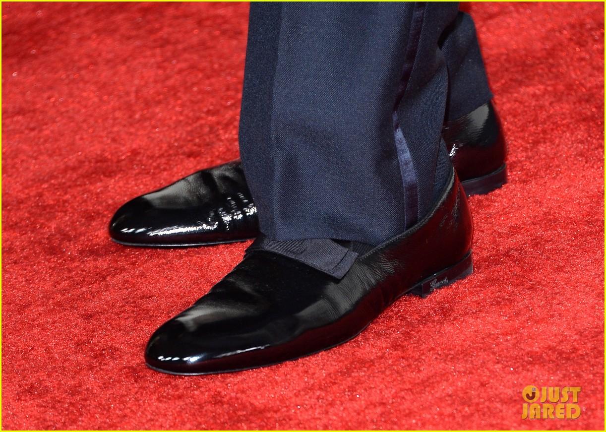 chrissy teigen john legend grammys 2014 red carpet 07
