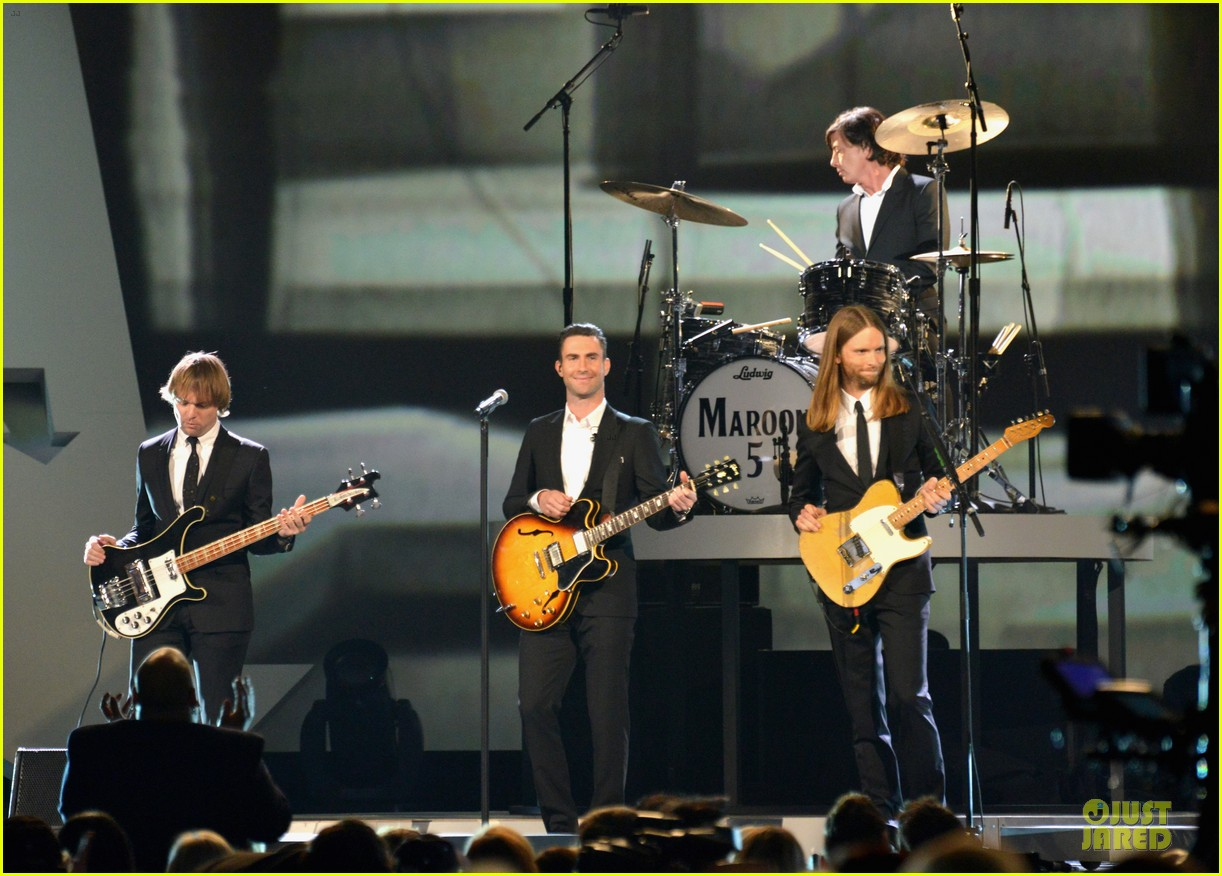 adam levine behati prinsloo backstage at beatles tribute 103042568