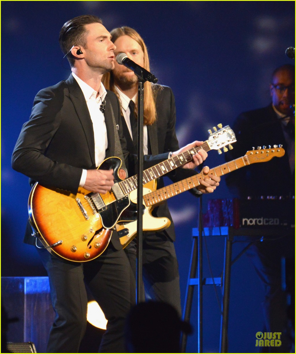 adam levine behati prinsloo backstage at beatles tribute 14