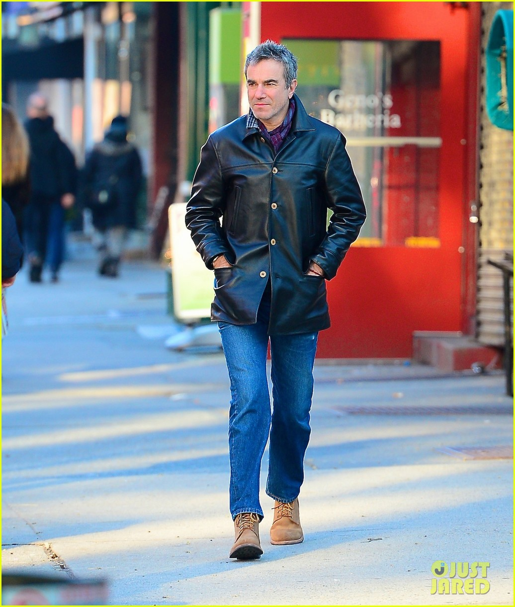 daniel day lewis starts week with soho stroll 013031051