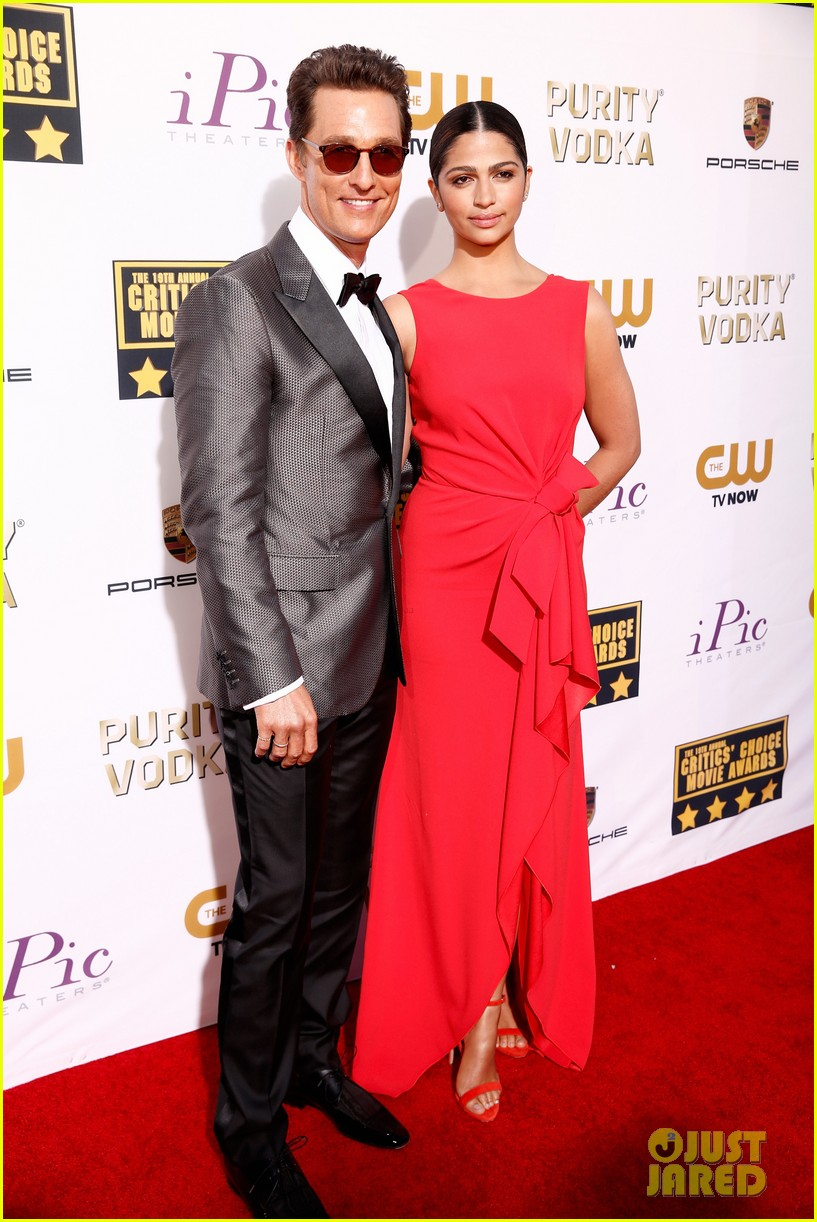 matthew mcconaughey critics choice awards 2014 with camila alves 01