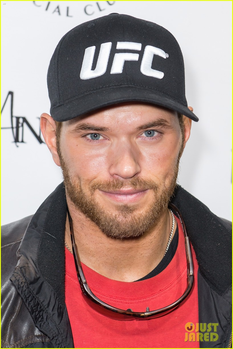 jason momoa geoff stults football fun at sundance 023036489
