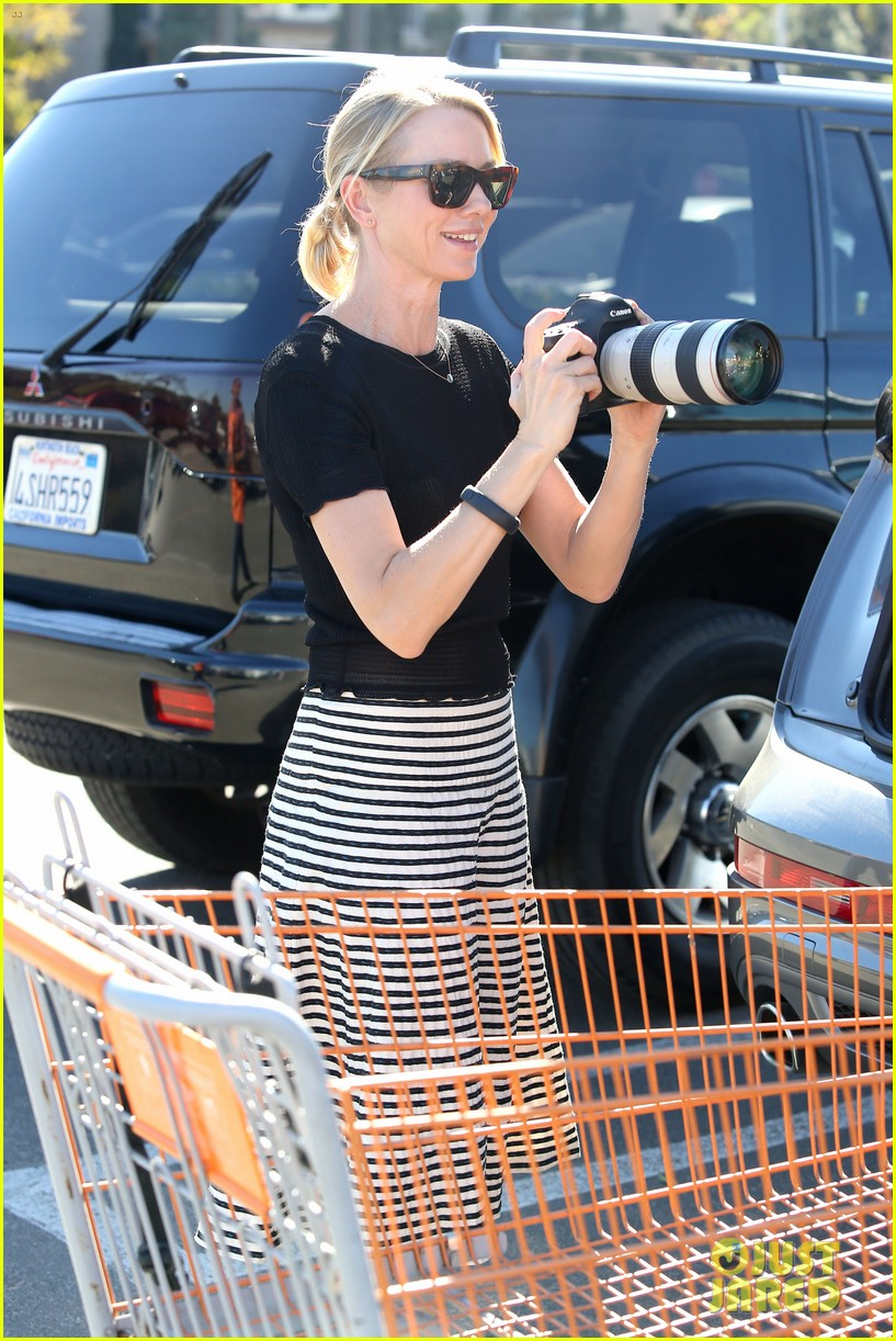 naomi watts landscaping lady in culver city 02