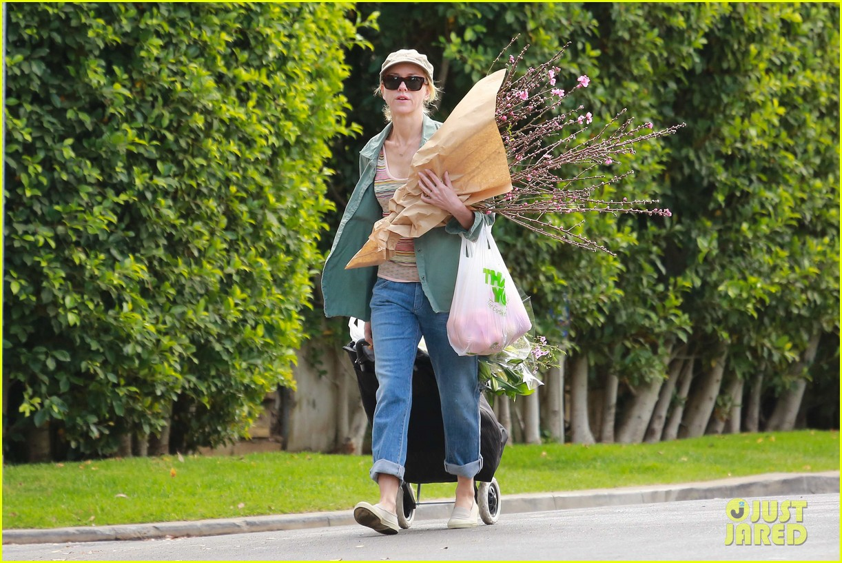 naomi watts landscaping lady in culver city 273035635