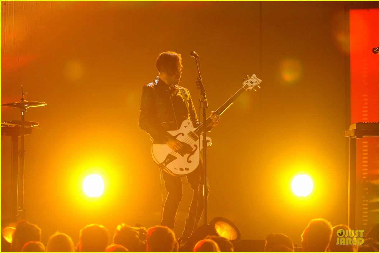 nine inch nails queens of stone age perform at grammys 2014 video 13