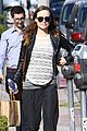 olivia wilde baby bumpin beauty salon 04