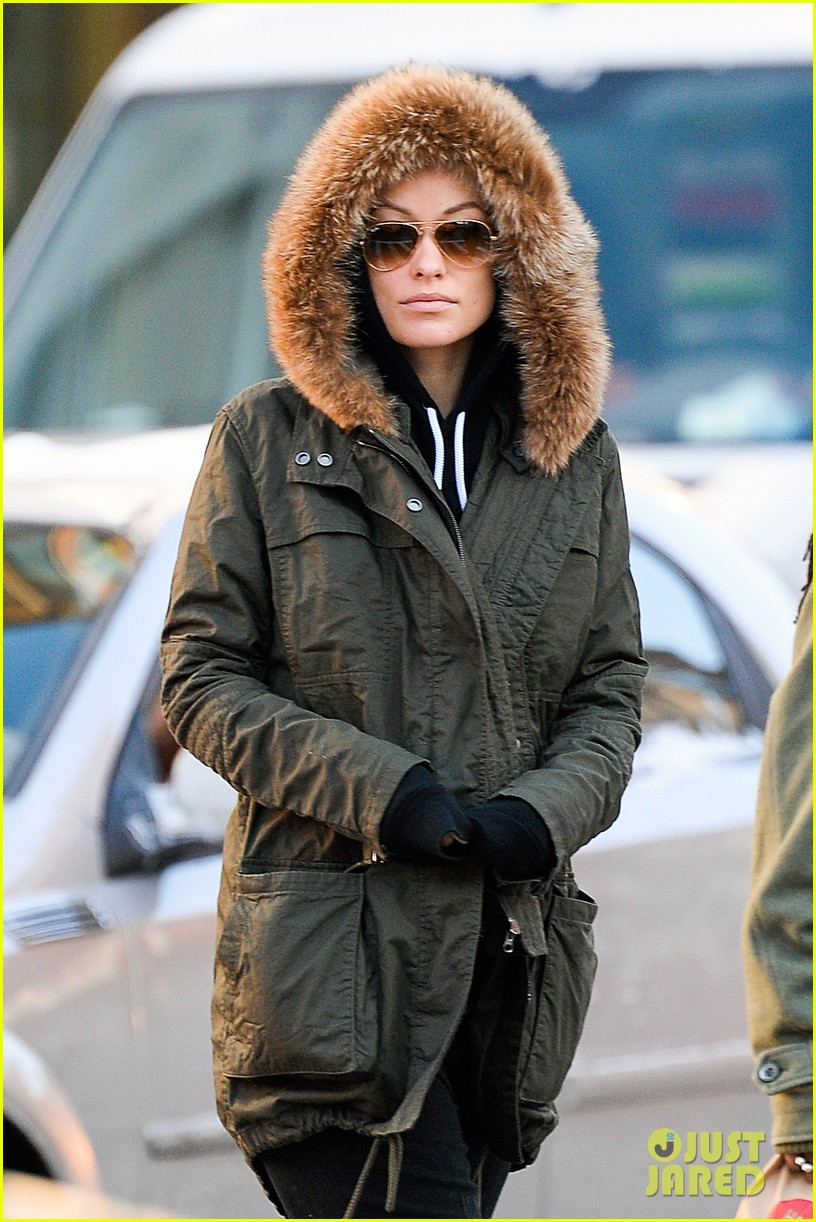 olivia wilde jason sudeikis snowy nyc coffee couple 023023017