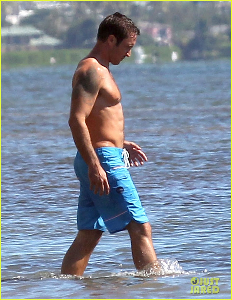 alex oloughlin bares hot shirtless bod on hawaii five 0 set 043036810