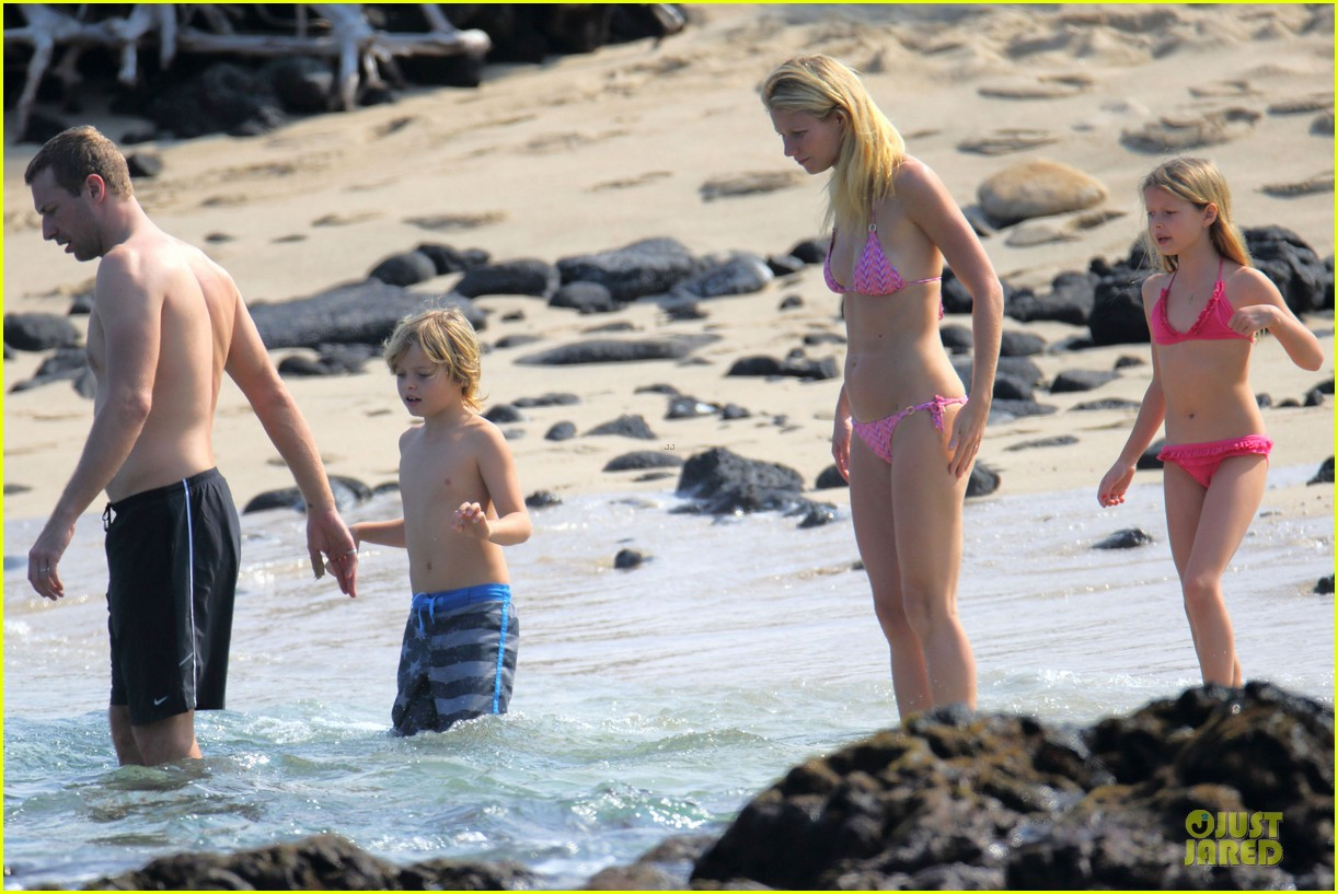 gwyneth paltrow pink bikini mama with shirtless chris martin 05