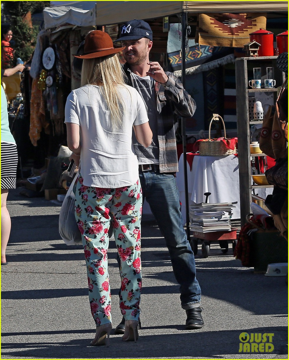 aaron paul wife lauren kiss cuddle at the flea market 093023804