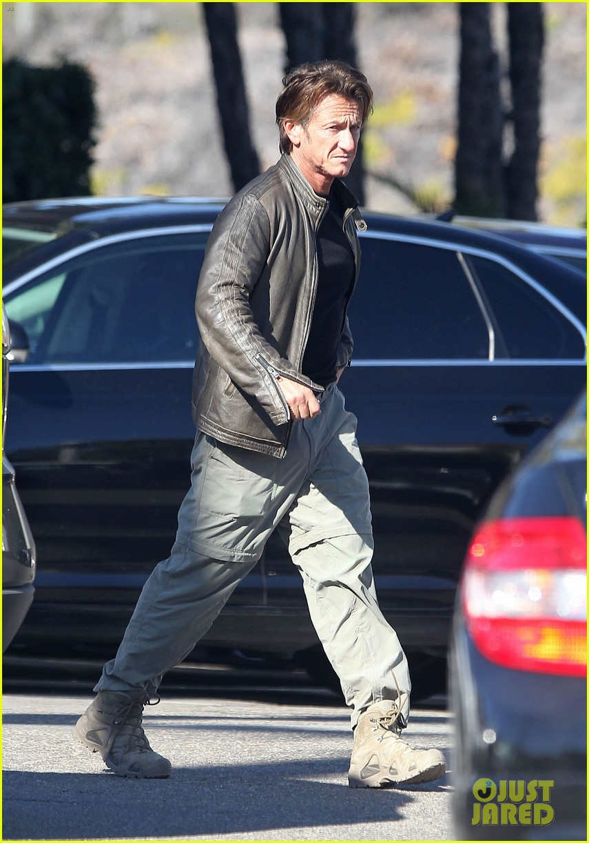 sean penn steps out after hawaii trip with charlize theron 08