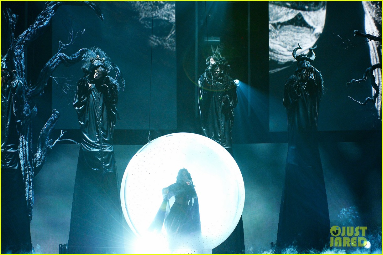 katy perry performs dark horse at grammys 2014 video 10
