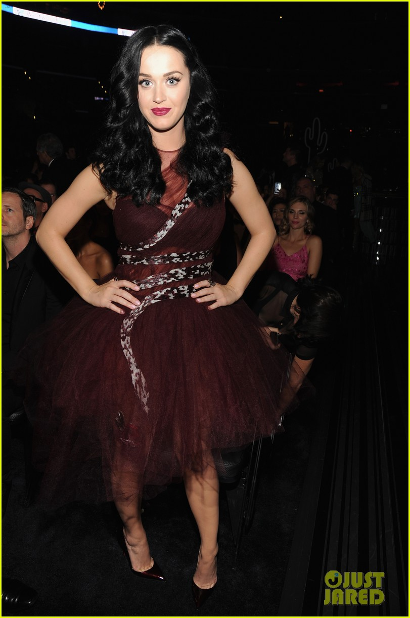 katy perry changes into maroon dress for third grammys look 01