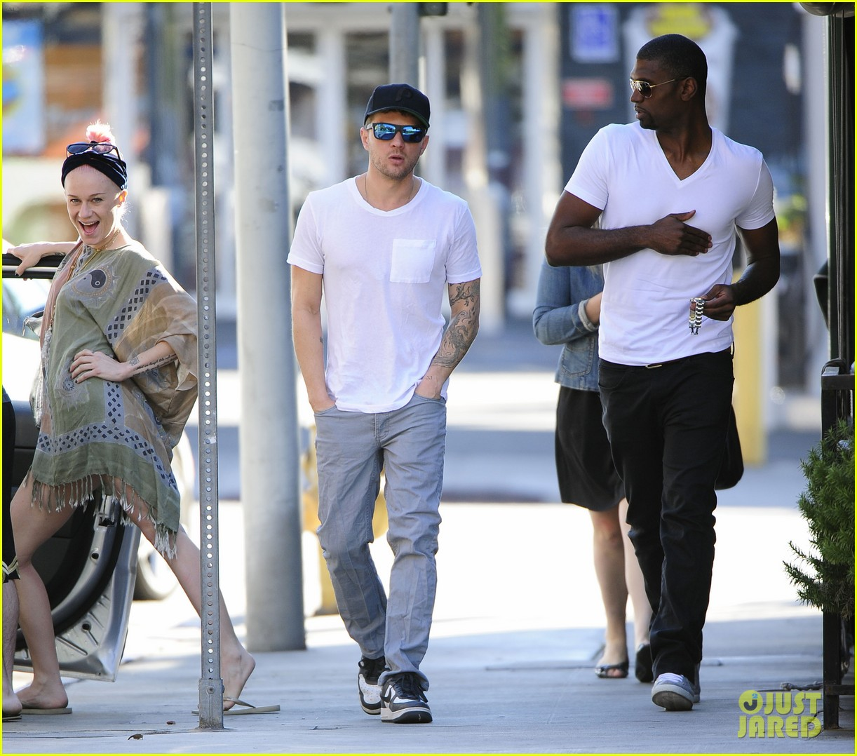 ryan phillippe hilariously photobombed by random woman on sidewalk 05