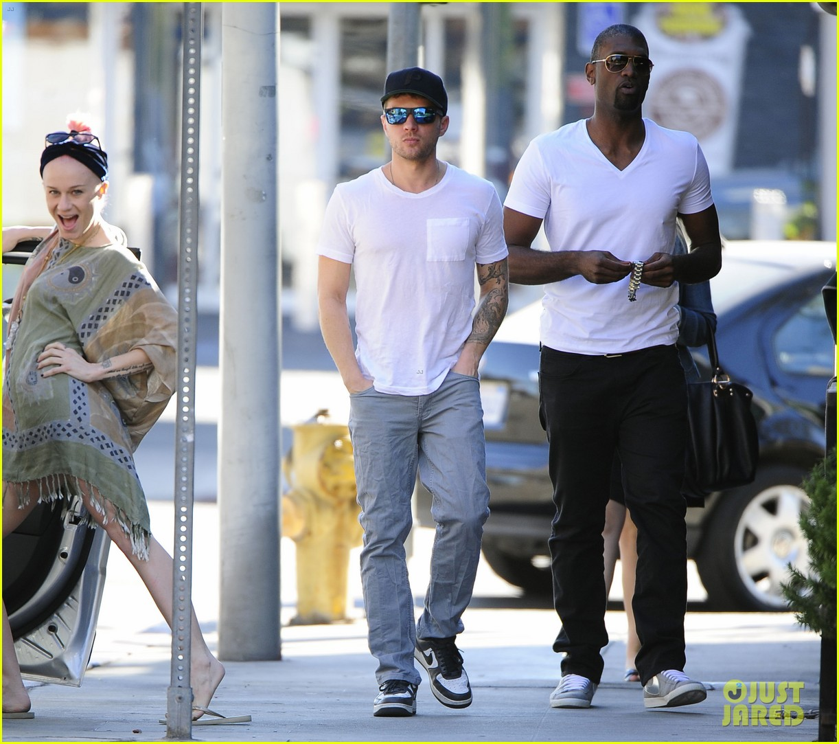 ryan phillippe hilariously photobombed by random woman on sidewalk 143033407