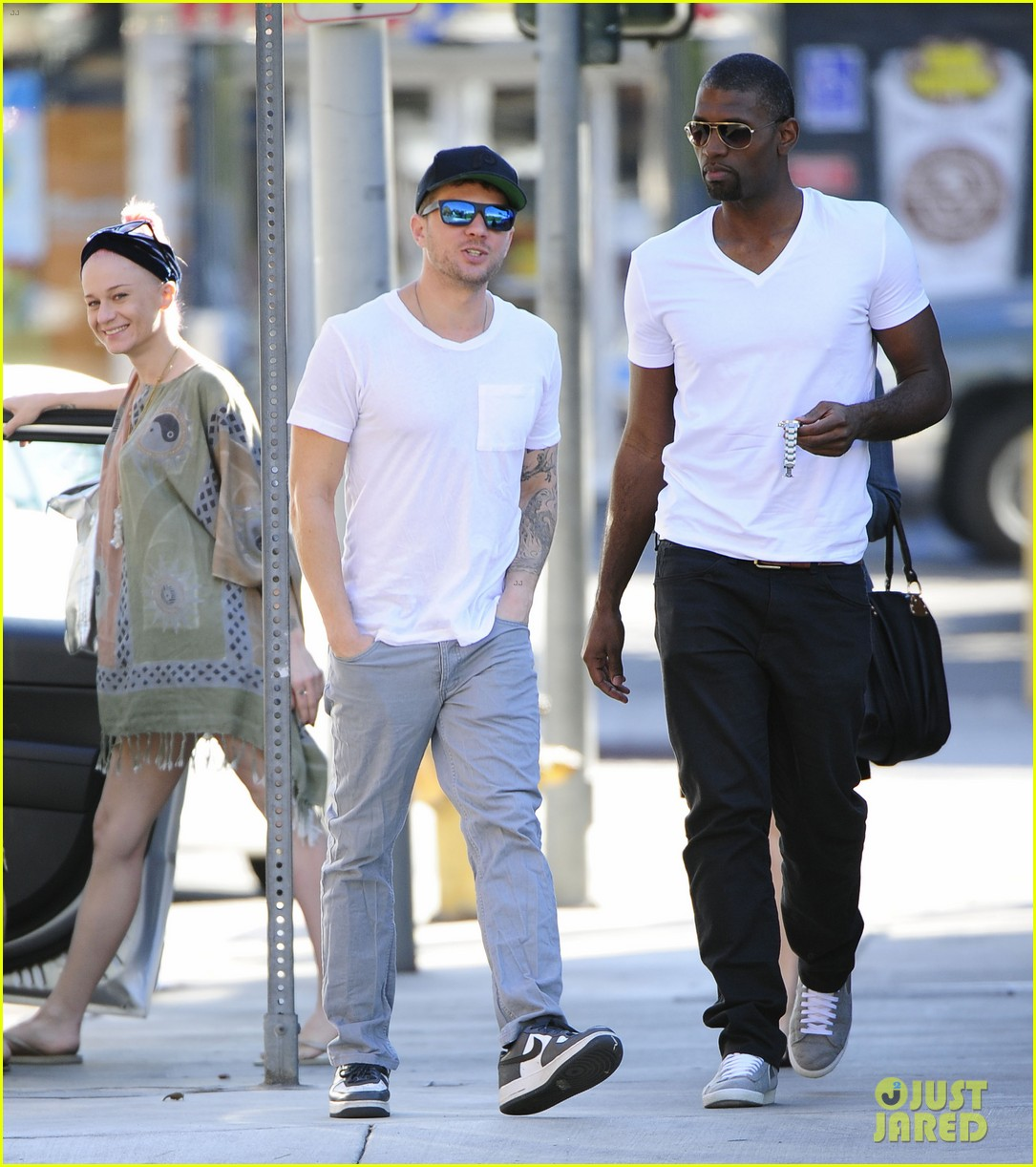 ryan phillippe hilariously photobombed by random woman on sidewalk 183033411