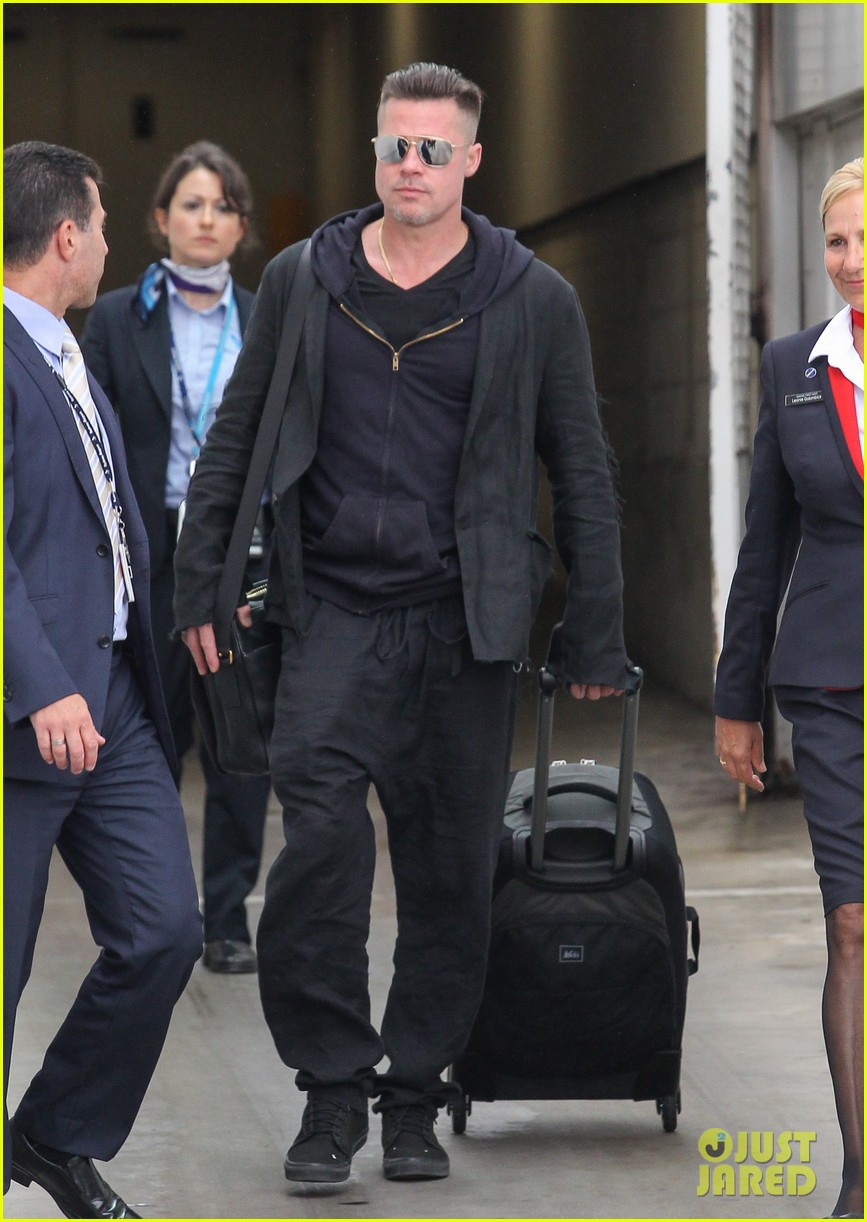 brad pitt touches down in sydney after awards weekend 073036655