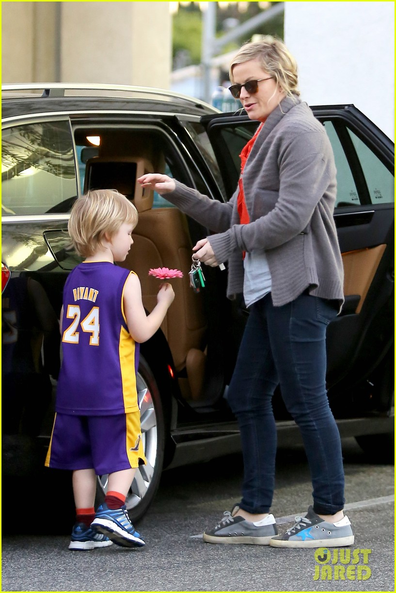 amy poehler abel holds flower for his mom 08