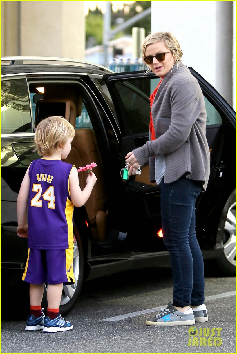 amy poehler abel holds flower for his mom 09