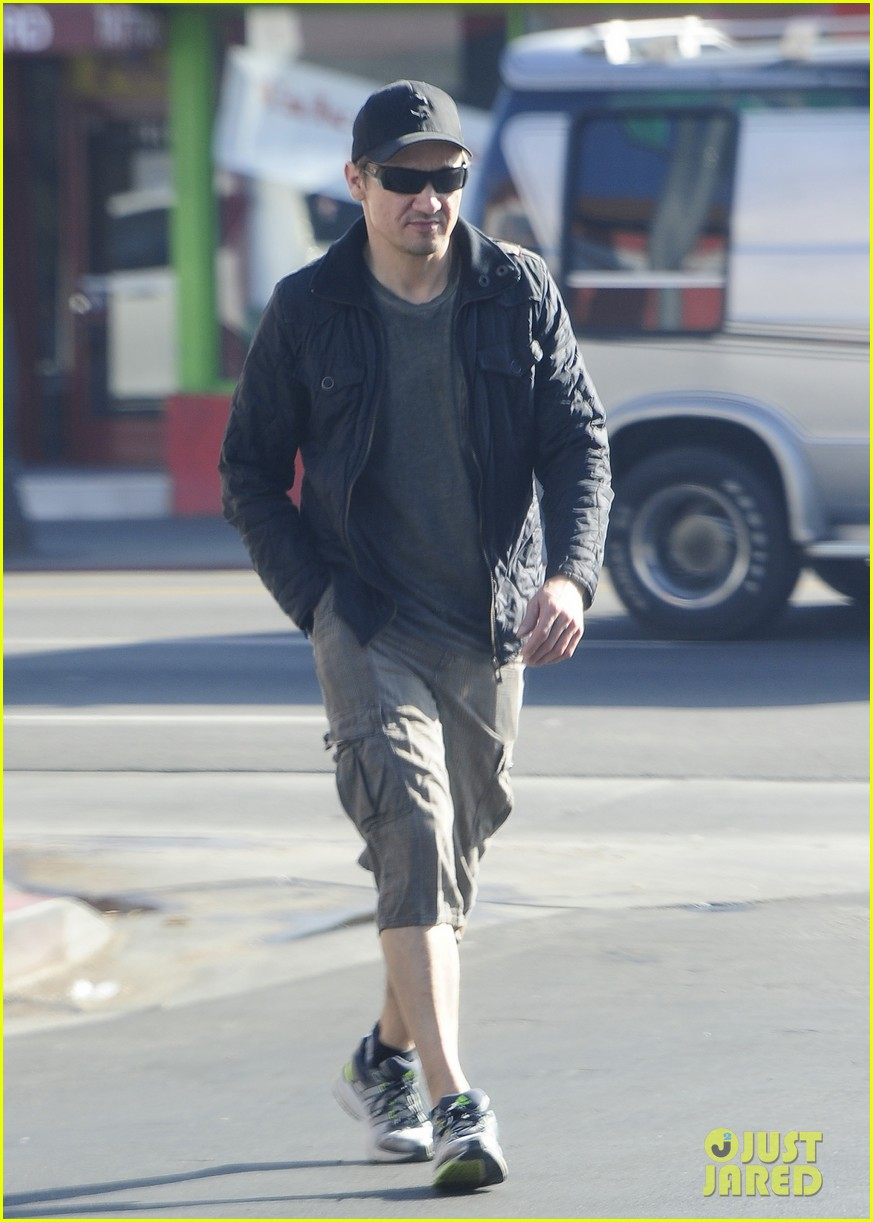jeremy renner stays incognito in sunglasses for solo lunch 09