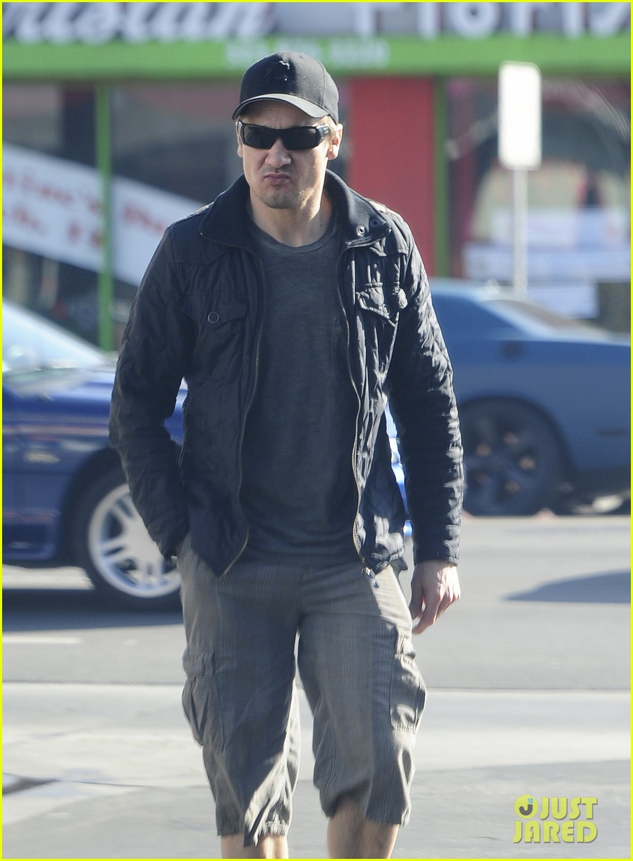 jeremy renner stays incognito in sunglasses for solo lunch 113044294