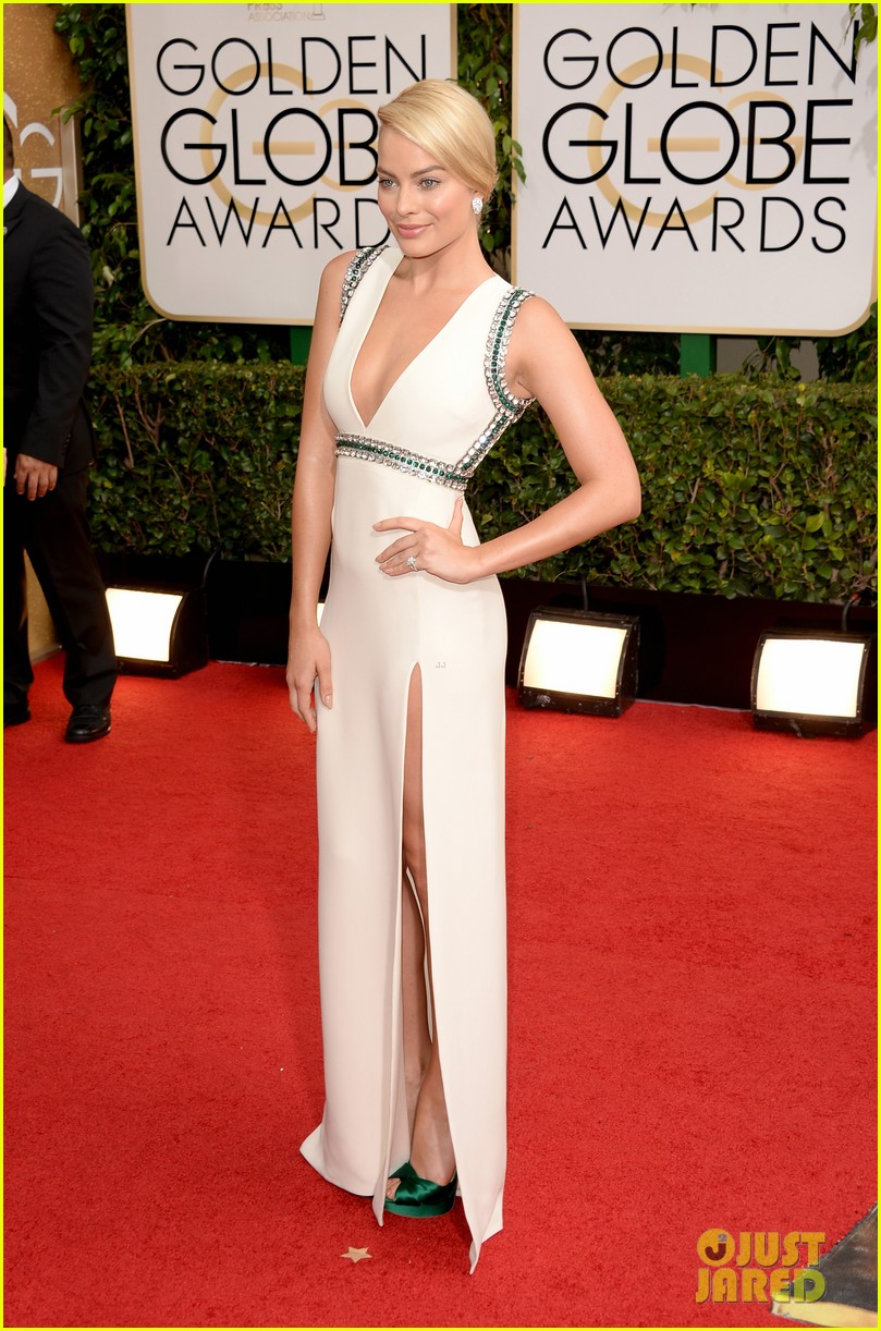 margot robbie golden globes 2014 red carpet 023029093