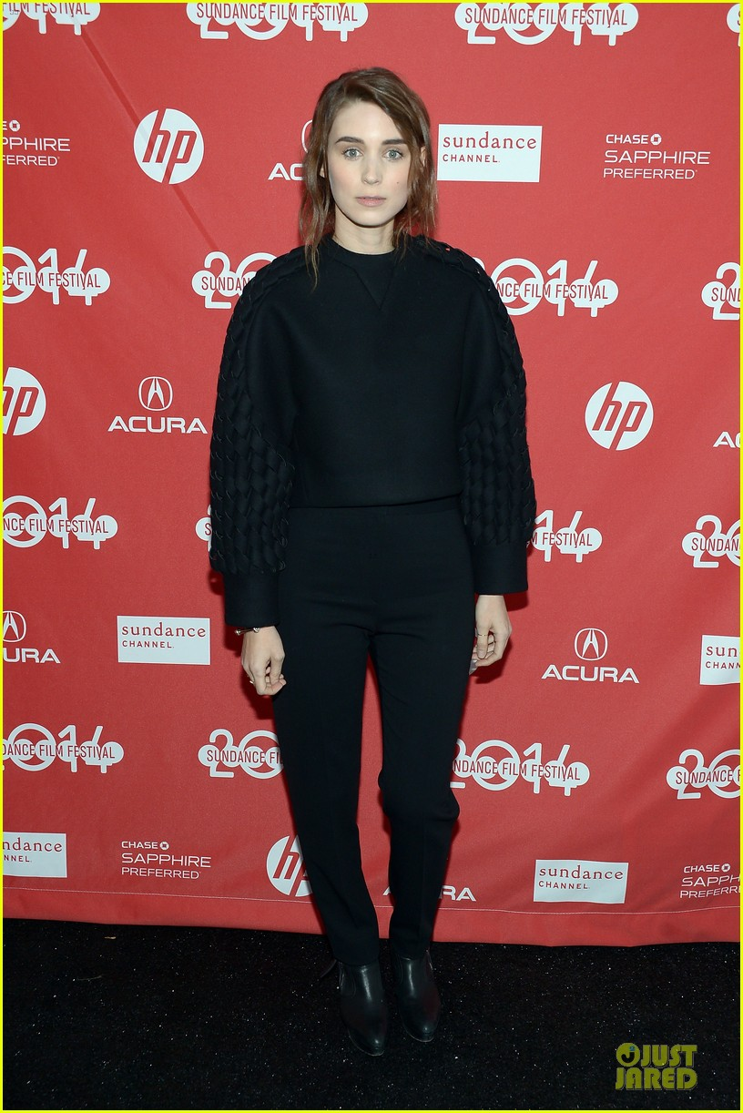anne hathaway photobombs rooney mara at sundance 01