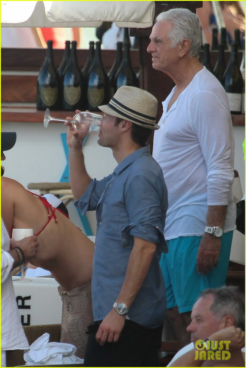 ryan seacrest enjoys drinks with friends in st barts 05