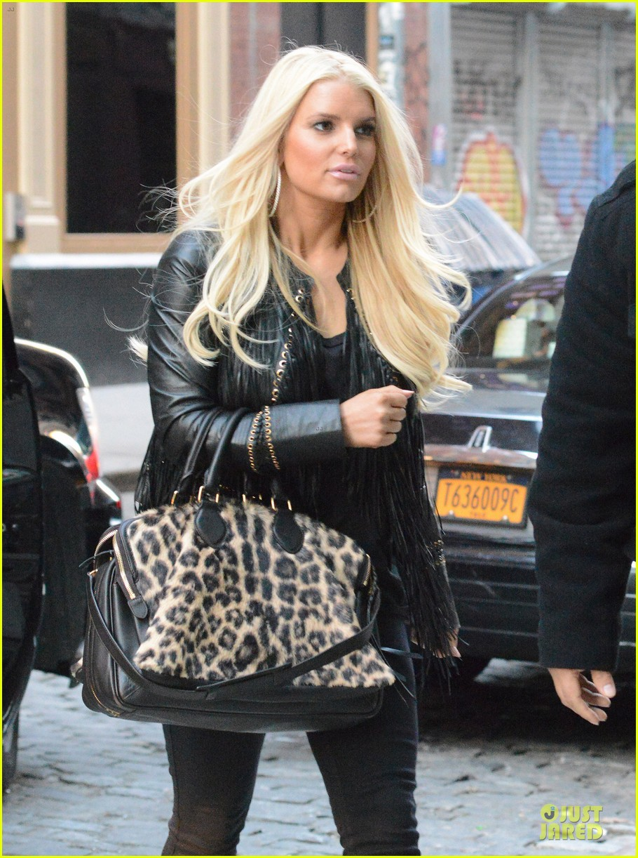 jessica simpson sports fur coat for jfk departure 10
