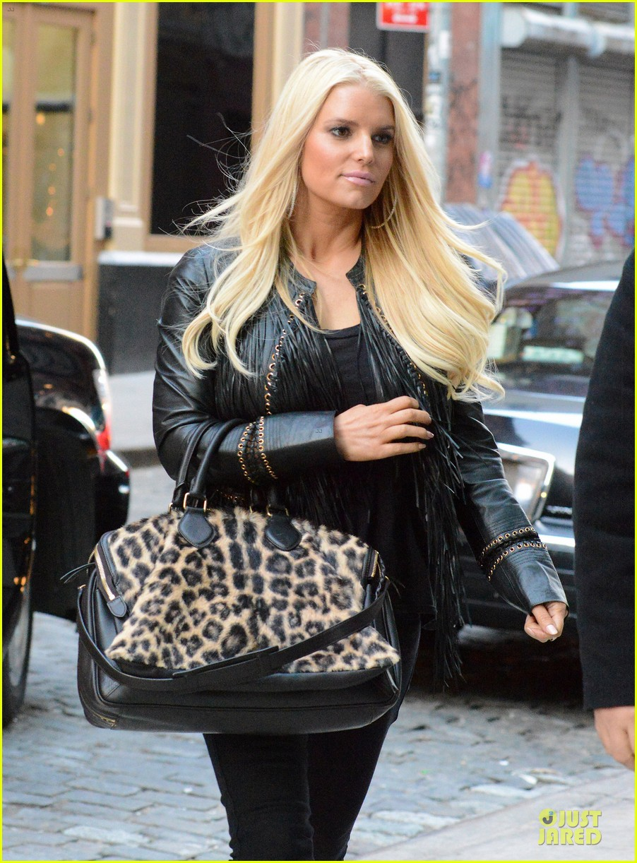 jessica simpson sports fur coat for jfk departure 113024935