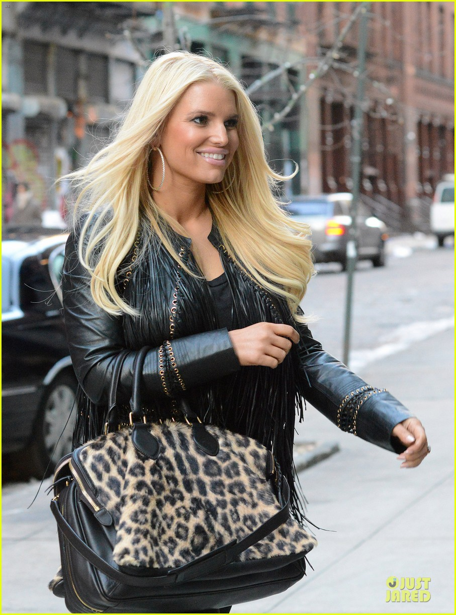 jessica simpson sports fur coat for jfk departure 12