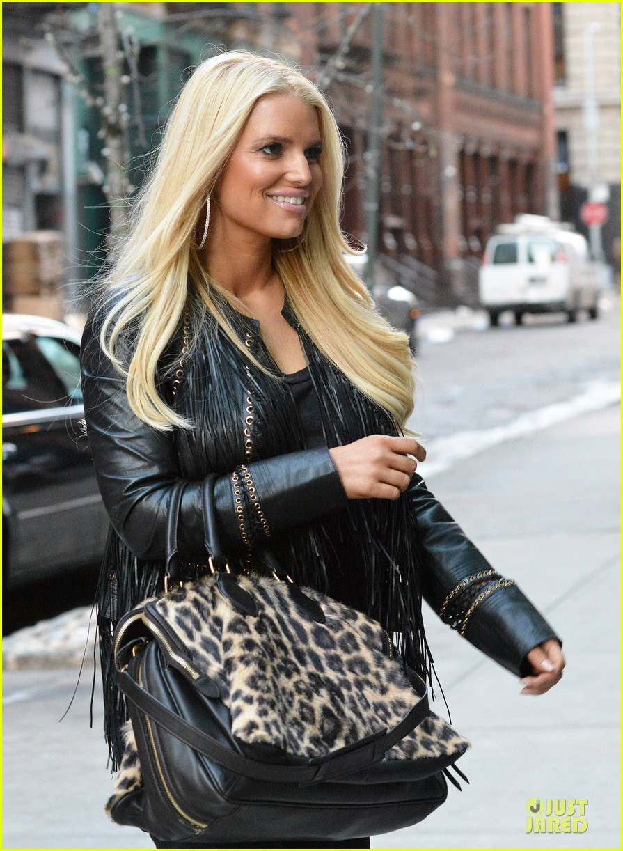 jessica simpson sports fur coat for jfk departure 13