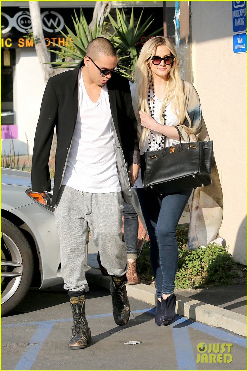 ashlee simpson evan ross spend wednesday shopping 113026202